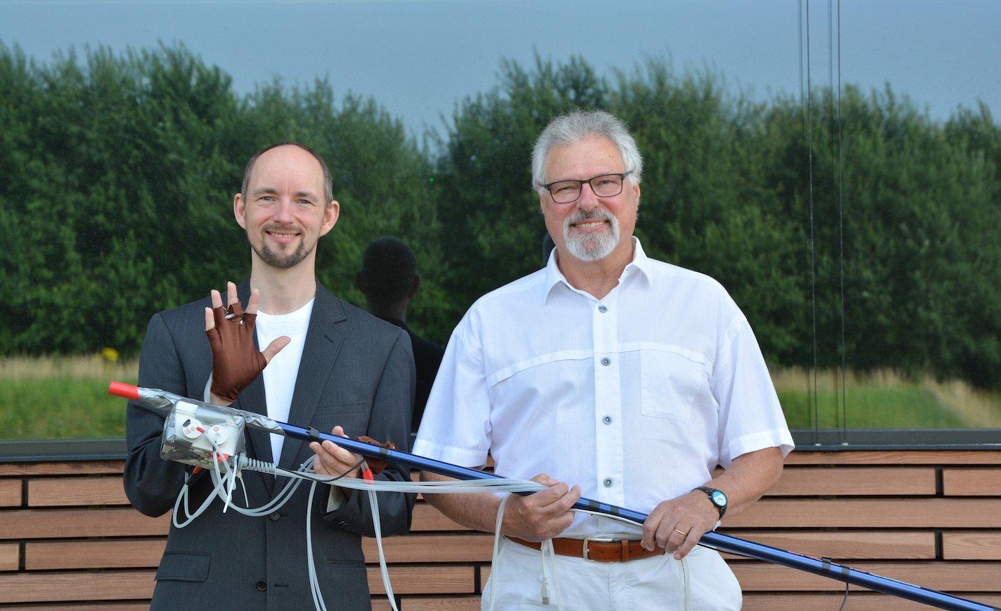 Dr. Thomas Hermann (li.) und Dr. Bodo Ungerechts (re.) haben ein System entwickelt, das mit Klängen die Wahrnehmung von Schwimmern erweitert.