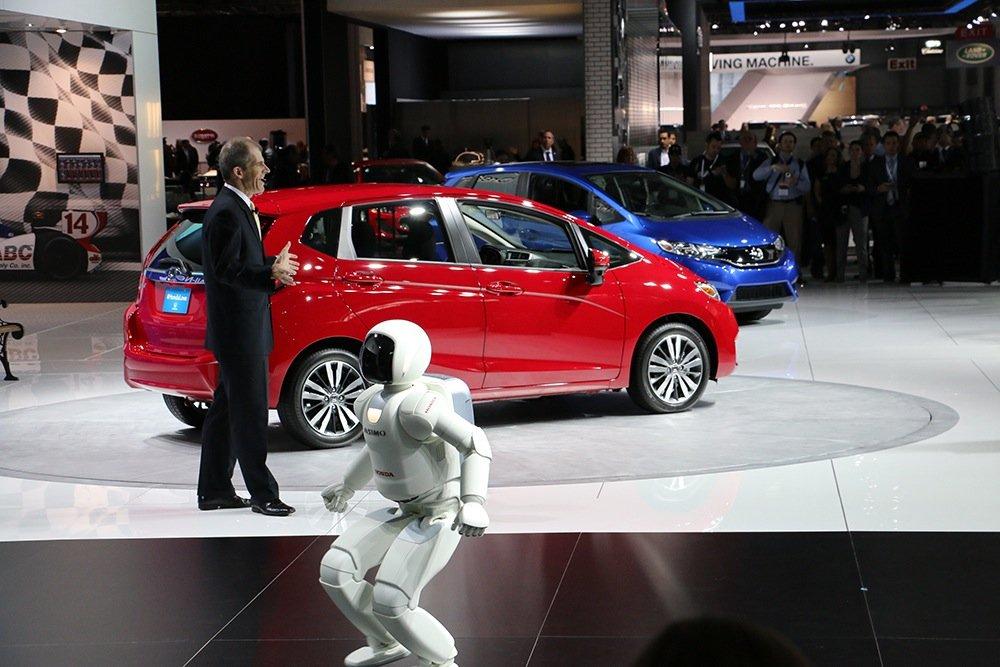 Schon mal Autoluft geschnuppert: Hondas humanoider Roboter Asimo auf der New York International Auto Show.