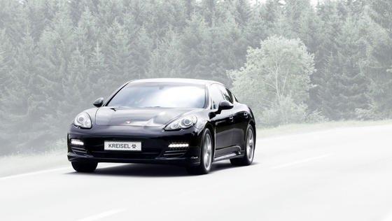 Umgebauter Porsche Panamera. Das E-Auto schafft eine Höchstgeschwindigkeit von 300 km/h und eine Reichweite von 450 km.