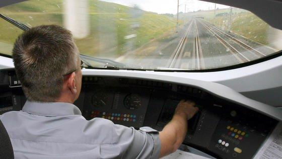 Cockpit eines ICE. Das Crashelement des DLR soll die Energie eines Zusammenpralls so weit absorbieren, dass der Zug möglichst nicht entgleist und sich die Fahrgastbereiche so wenig wie möglich verformen.