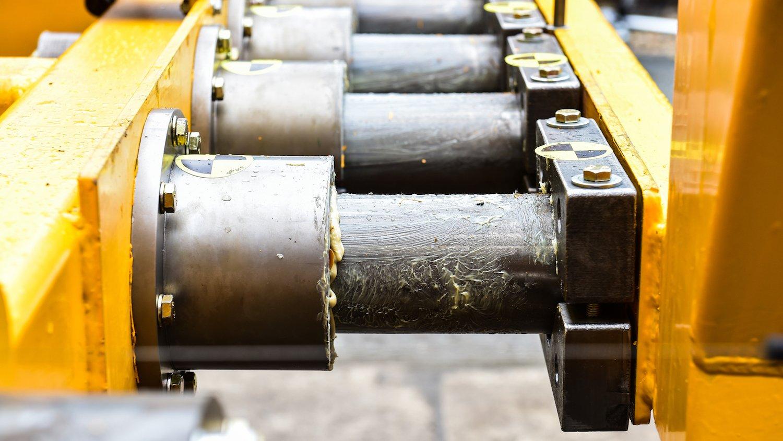 Bei Zusammenprall schiebt die Kollionskraft die zylindrischen Rohre durch einen enger werdenden Querschnitt. Dieser kontrollierte Verformungsvorgang nimmt einen Großteil der Bewegungsenergie auf.