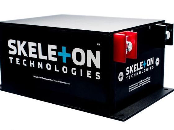 Klein, schwarz, stark: Skeleton Technologies entwickelt und produziert Ultrakondensatoren mit - nach eigenen Angaben - fünffach höherer Stromleistung und bis zu fünfmal höherer Energiedichte als andere Ultrakondensator-Hersteller.