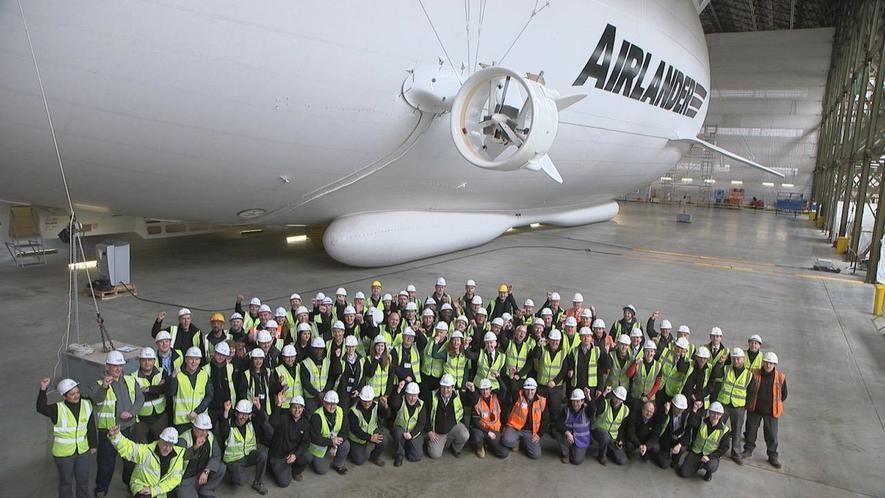 Passt nicht ganz aufs Bild: Das größte Luftschiff der Welt ist 92 m lang. Bald soll der Airlander 10 abheben. Die Ingenieure von Hybrid Air Vehicles können es kaum erwarten.