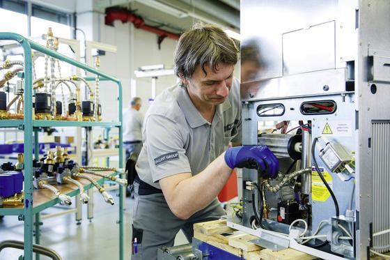 Einstieg in die Serienfertigung: Montage eines Brennstoffzellen-Heizgeräts für den Feldtest.