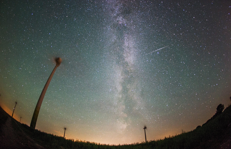 Eine Sternschnuppe am Himmel, beobachtet auf Fehmarn in der Ostsee: In den kommenden Nächten sind ganze Schwärme von Sternschnuppen am Himmel zu sehen.