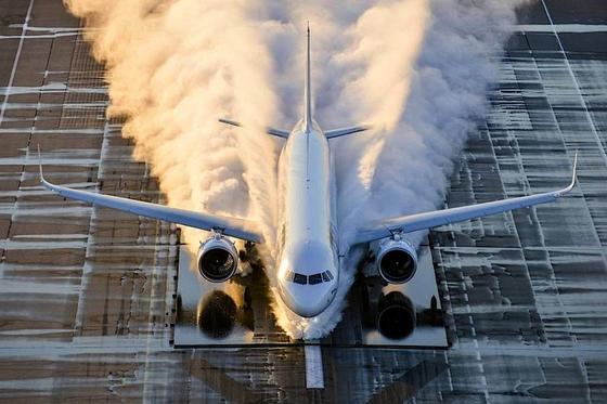 A321neo beim Spritzwassertest in Istres in Frankreich: Flugzeug-Ingenieure lassen neue Flugzeuge durch riesige Pfützen rasen, um zu testen, dass Spritzwasser keine Schäden anrichtet.
