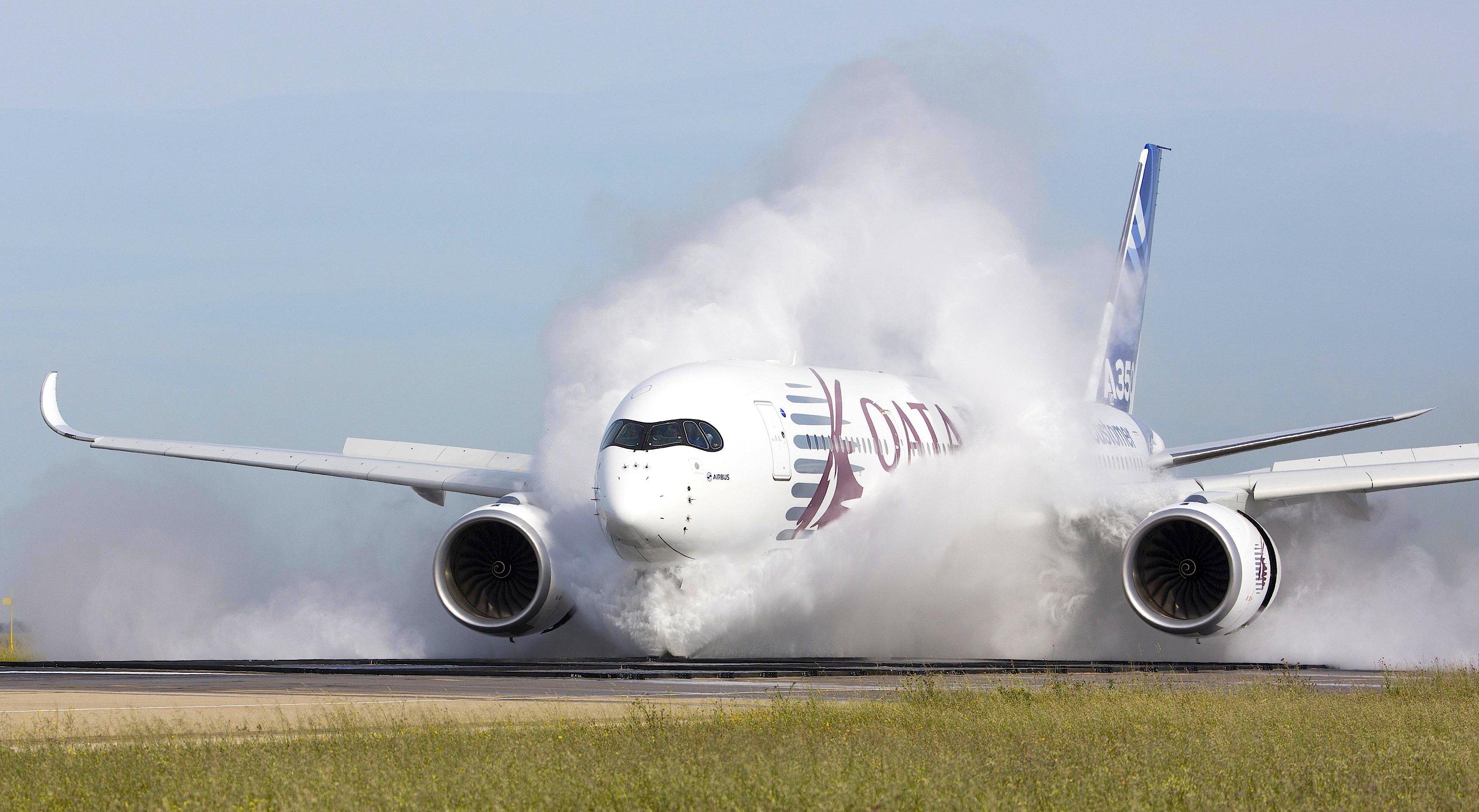 Spritzwassertest eines A350: Das Spritzwasser kann mit so viel Kraft auf Flugzeugteile treffen, dass sie verbiegen.