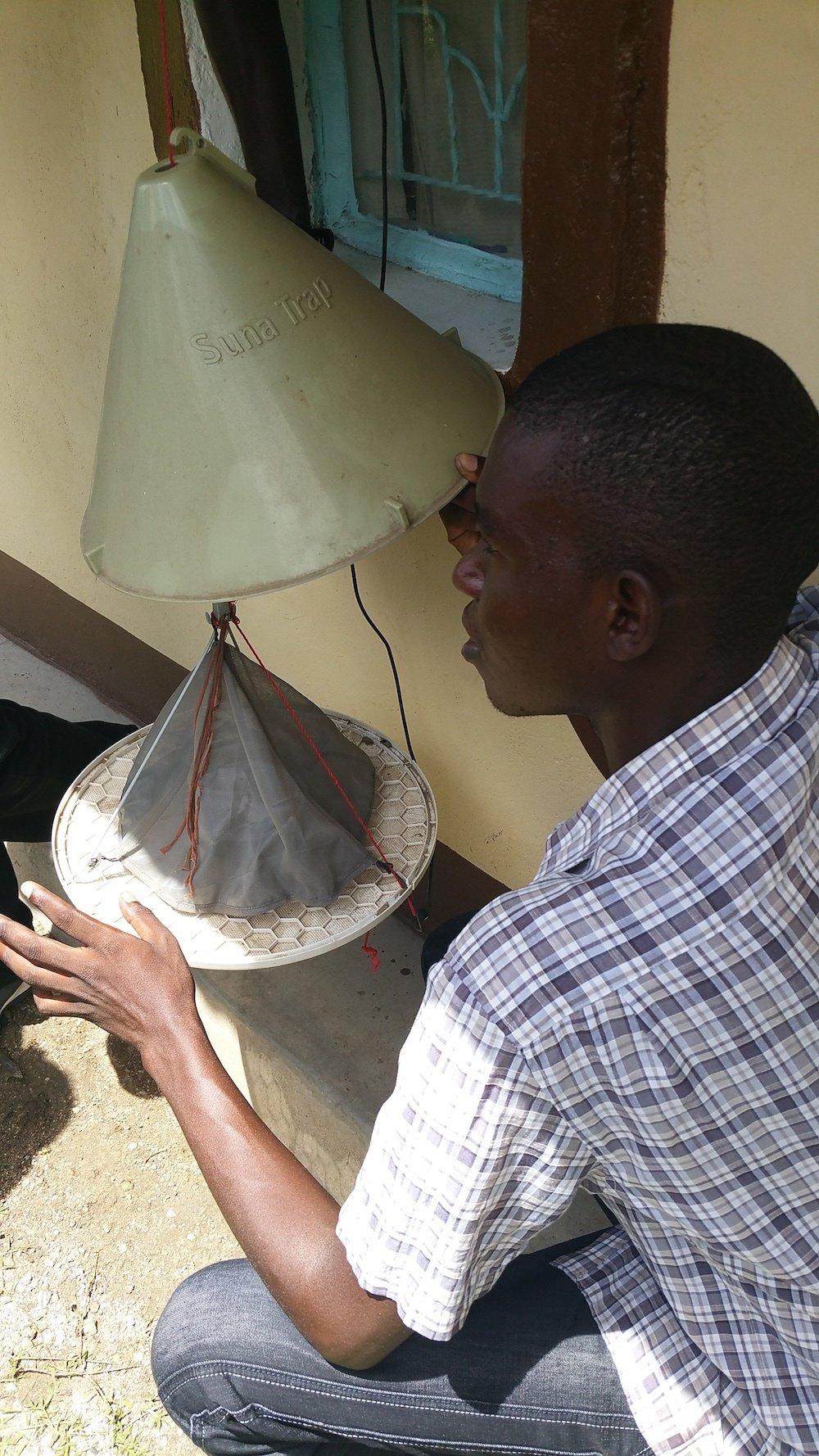 Duftstoffe in der Solar-Moskitofalleziehen Mosquitos an. Ein Luftstrom saugt die Insekten in die Falle.