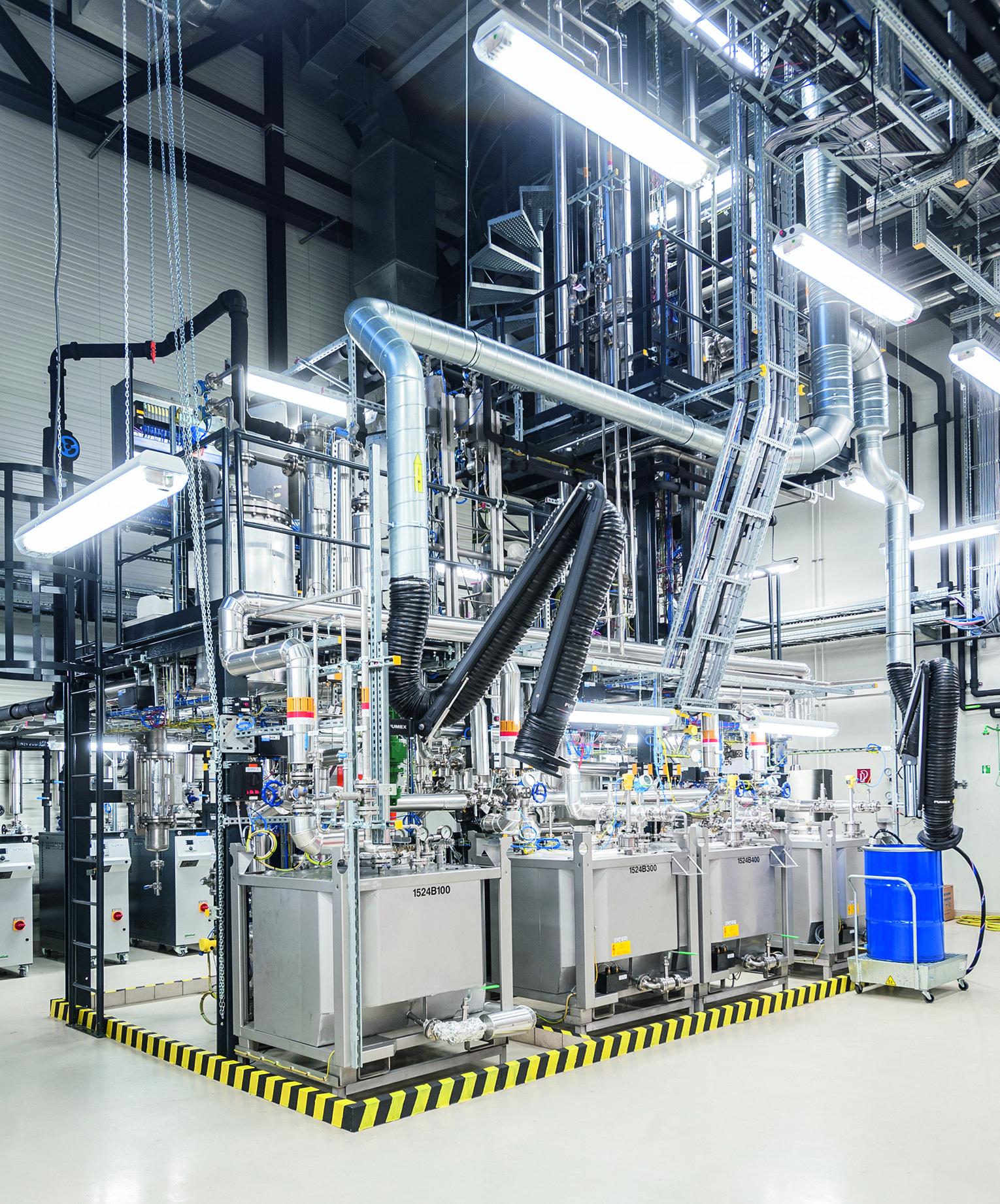 Vakuumdestillationsanlage am Fraunhofer CBP:Ziel ist es, die Herstellung von Isobuten nach dem Fraunhofer-Testlauf in einen industriellen Maßstab zu übertragen. Das könnte viel Geld einbringen: Der Isobuten-Weltmarkt liegt laut demfranzösischen Unternehmen Global Bioenergies GBE bei 25 Milliarden Dollar.
