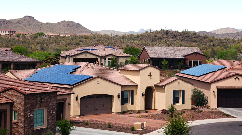 Amerikanische Siedlung mit roten Ziegeln, die Solarmodulen bedeckt sind: Noch in diesem Jahr will Unternehmen Elon Musk Solarziegel vorstellen.