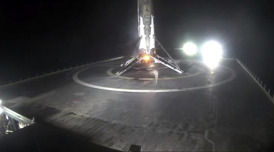 """Welcome back:Die erste Stufe der Falcon 9 ist unbeschädigt aus dem All zurückgekehrt und auf der Seeplattform """"Of course I still love you"""" gelandet."""