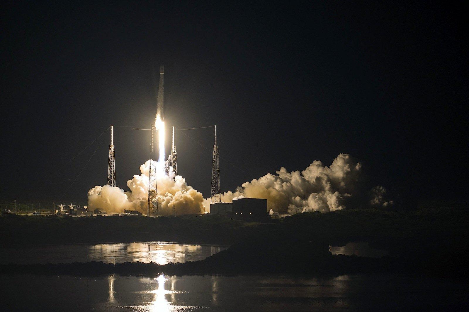 Die Falcon-9-Rakete beim Start mit dem Kommunikationssatelliten JCSAT-16 an Bord.