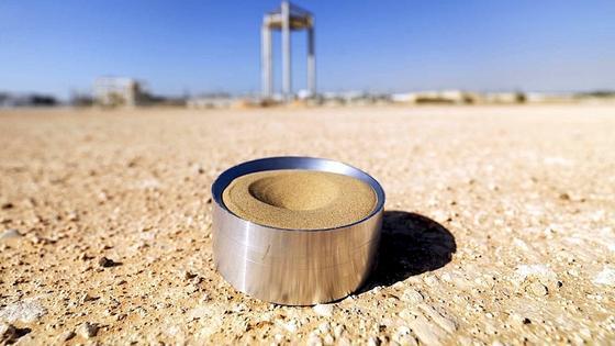 Wüstensand eignet sich hervorragend als Energiespeicher: Er kann bis auf 1.000 °C erhitzt werden. Unter Zusatz von Wasser entsteht Wasserdampf, mit dem die Energie über Turbinen zurückgewonnen werden kann.