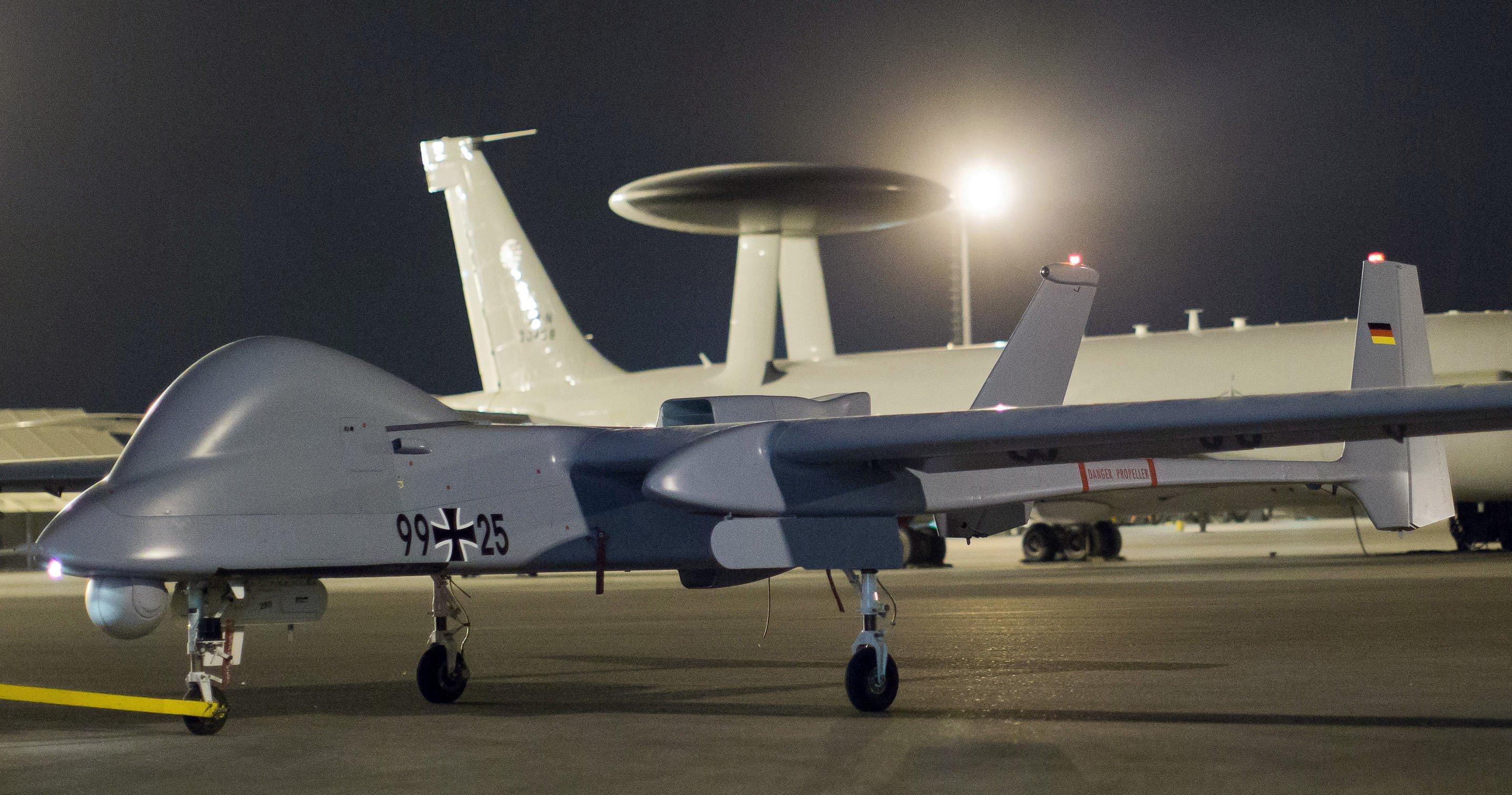 Eine Drohne vom Typ Heron im Feldlager der Bundeswehr in Masar-i-Scharif in Afghanistan wird nach ihrer Rückkehr von einem Aufklärungsflug in den Hangar gezogen. Gesteuert werden die unbemannten Militär -Drohnen per Mausklick – auch das will gelernt sein.