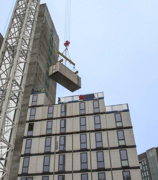 Die Module beim Bau werden einfach aufeinander gestapelt und dann fest verbunden.