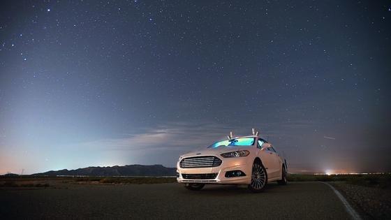Ford Fusion mit Lidar-Sensoren: 2021 will Ford mit der Großserienproduktion eines autonom fahrenden Autos beginnen. Es soll vor allem an Dienstleister wie Uber gehen, um Taxi-Unternehmen auszurüsten.