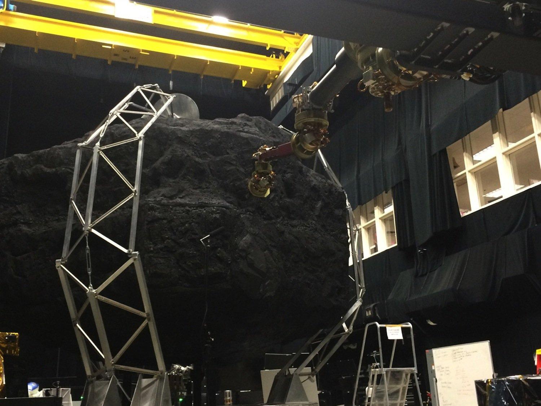 Entwicklung der Raumsonde: Ein Roboterarm soll den Felsbrocken vom Asteroiden trennen.