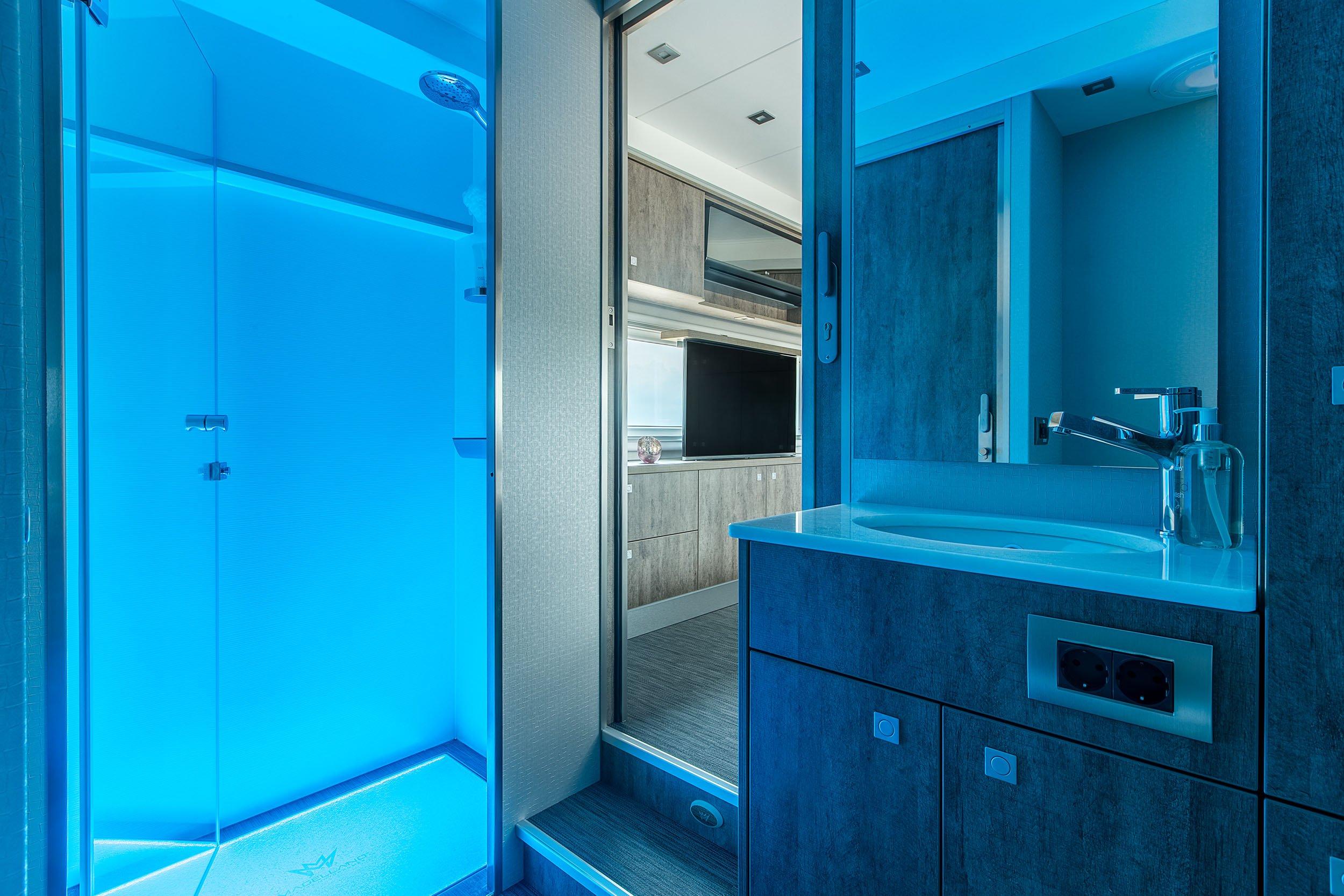 Blick aus dem Bad des Magellano: Nachts dürfen sich die Bewohner über angenehme Lichteffekte freuen.