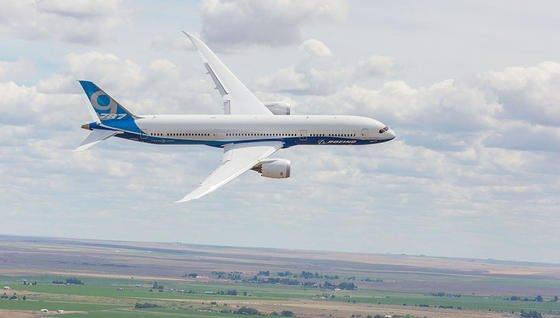 Schon heute sinddie Kabinenfenster der Boeing 787 mit elektrochromem Glas ausgestattet und können per Knopfdruck abgedunkelt werden. Das dauert allerdings mehrere Minuten. MIT-Wissenschaftler haben jetzt eine chemische Lösung gefunden, wie sich klarsichtiges Glas per Knopfdruck und ohne Strom sekundenschnell extrem verdunkeln lässt.