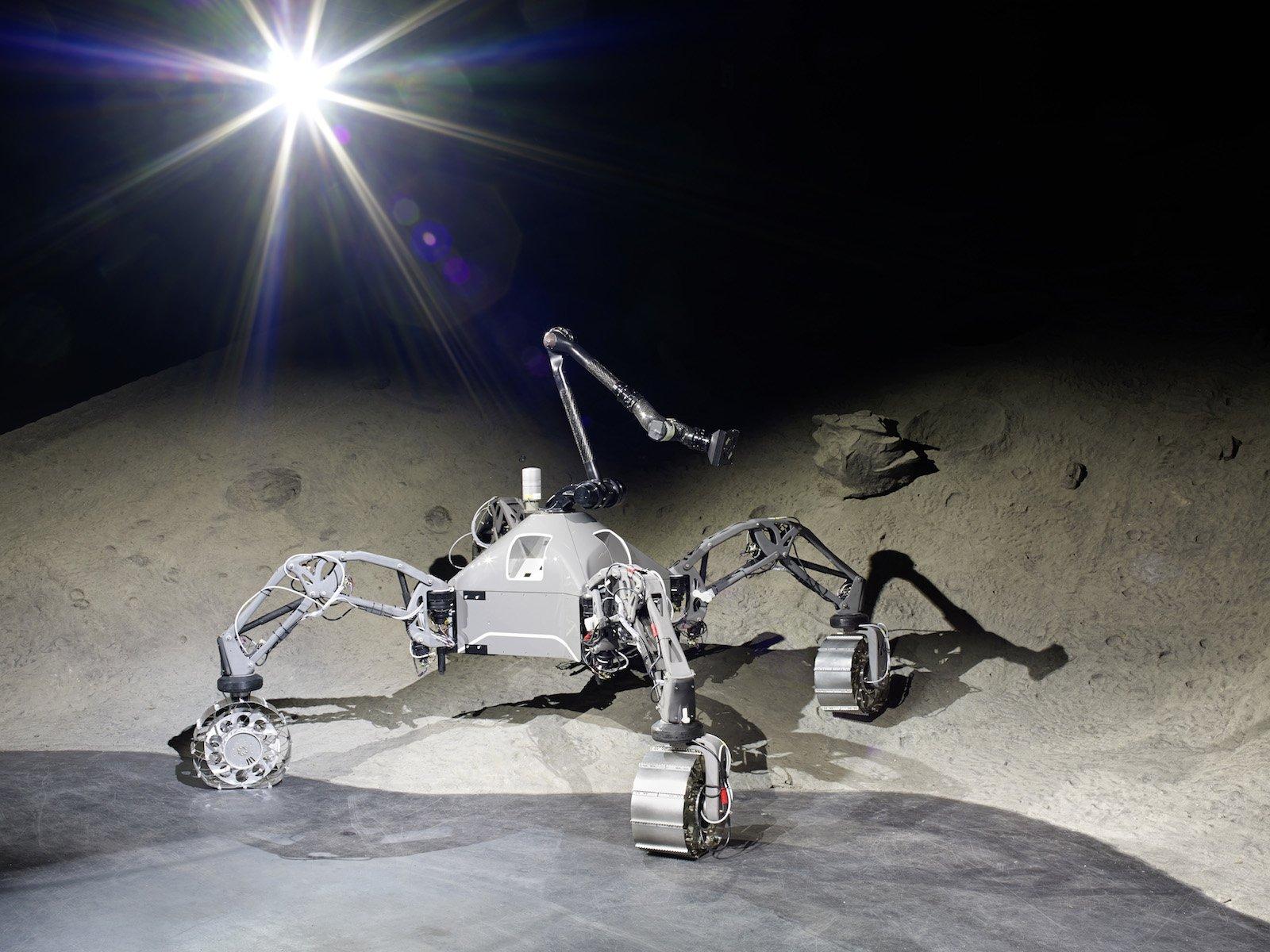 Schon mal zuhause geübt: SherpaTT in der Weltraumexplorationshalle des DFKI in Bremen.Der hybride Rover kann schreiten und fahren. Lasten tragen gehört auch zu seinen Aufgaben, wie sein Name schon vermuten lässt.