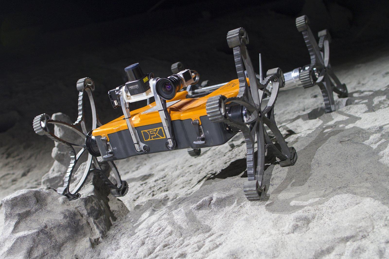 Roboter Coyote III auf Testfahrt in der DFKI-Weltraumexplorationshalle. Sieht auf dem Foto größer aus, als er ist.