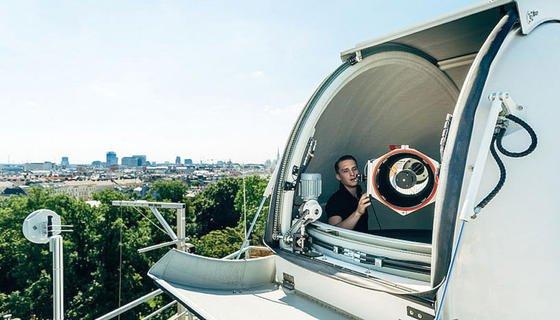 """Das """"Hedy Lamarr Quantum Communication Telescope"""" der Österreichischen Akademie der Wissenschaften (ÖAW) und der Universität Wien. Das Teleskop am Dach des ÖAW-Instituts für Quantenoptik und Quanteninformation ist eine der Bodenstationen des Projekts und wird verschränkte Photonen des Quanten-Satelliten empfangen."""