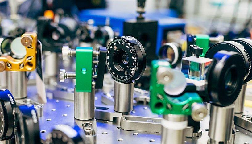 Photonen sind Lichtteilchen. Um sie zu erzeugen, bestrahlt ein UV-Laser einen speziellen Kristall. Eine Versuchsanordnung am Institut für Quantenoptik und Quanteninformation der Österreichischen Akademie der Wissenschaften.