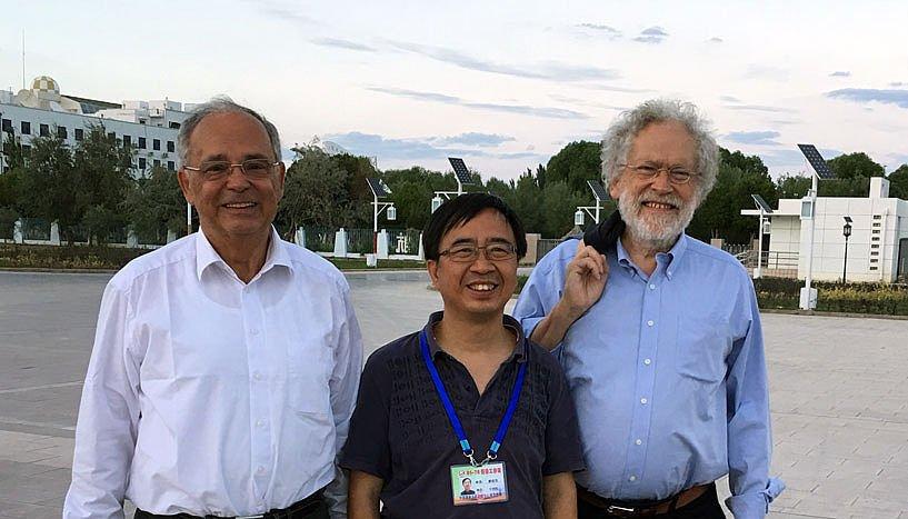 Der chinesische Projektleiter Pan Jianwei, der an der Universität Wien promoviert hat und ausländisches Mitglied der ÖAW ist, mit seinem Doktorvater Anton Zeilinger und Rektor Heinz W. Engl kurz vor dem Start des Quantensatelliten.
