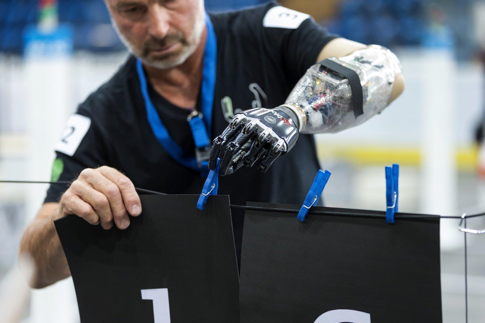 Wäsche aufhängen: BeimGeschicklichkeitsparcours mit angetriebenen Armprothesensollen verschiedene Aufgaben Alltagsaktivitäten möglichst gut nachbilden.