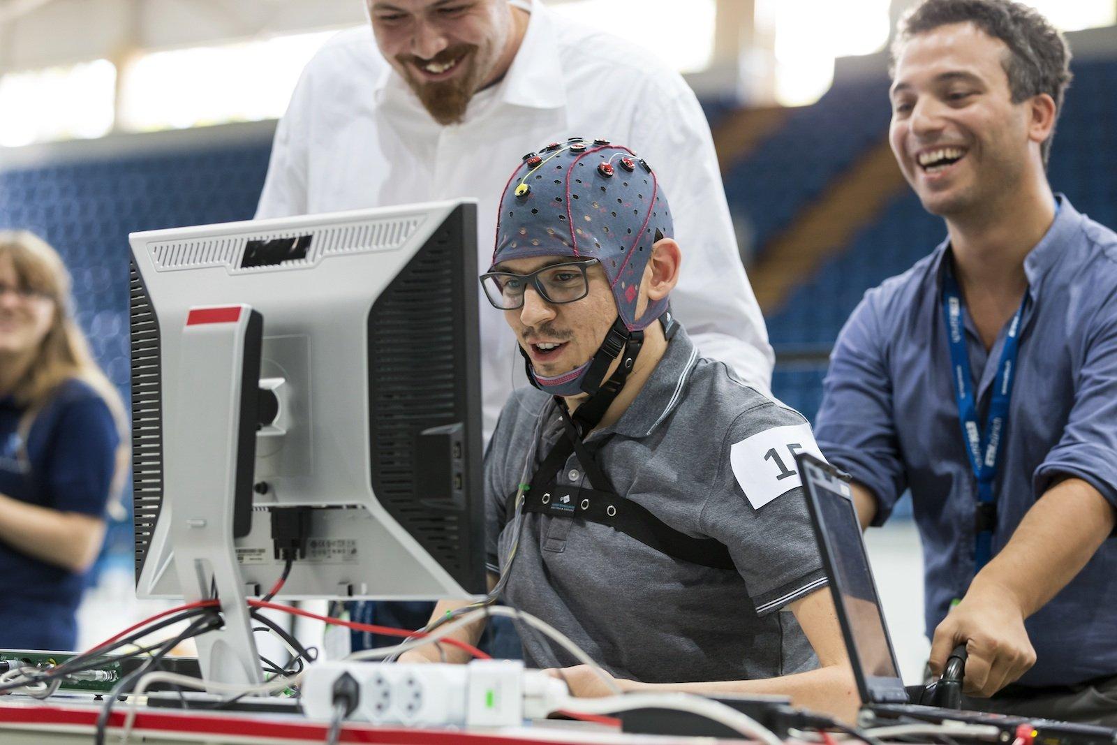 Gedankengesteuertes Computerspiel: Die Brain-Computer-Interface (Hirn-Computer-Schnittstelle, BCI) dient dem Erfassen und anschliessenden Umwandeln von Hirnströmen in Steuerungssignale. Dadurch können die Teilnehmer mit ihren Gedanken eine künstliche Figur (Avatar) in einem Computerspiel steuern.