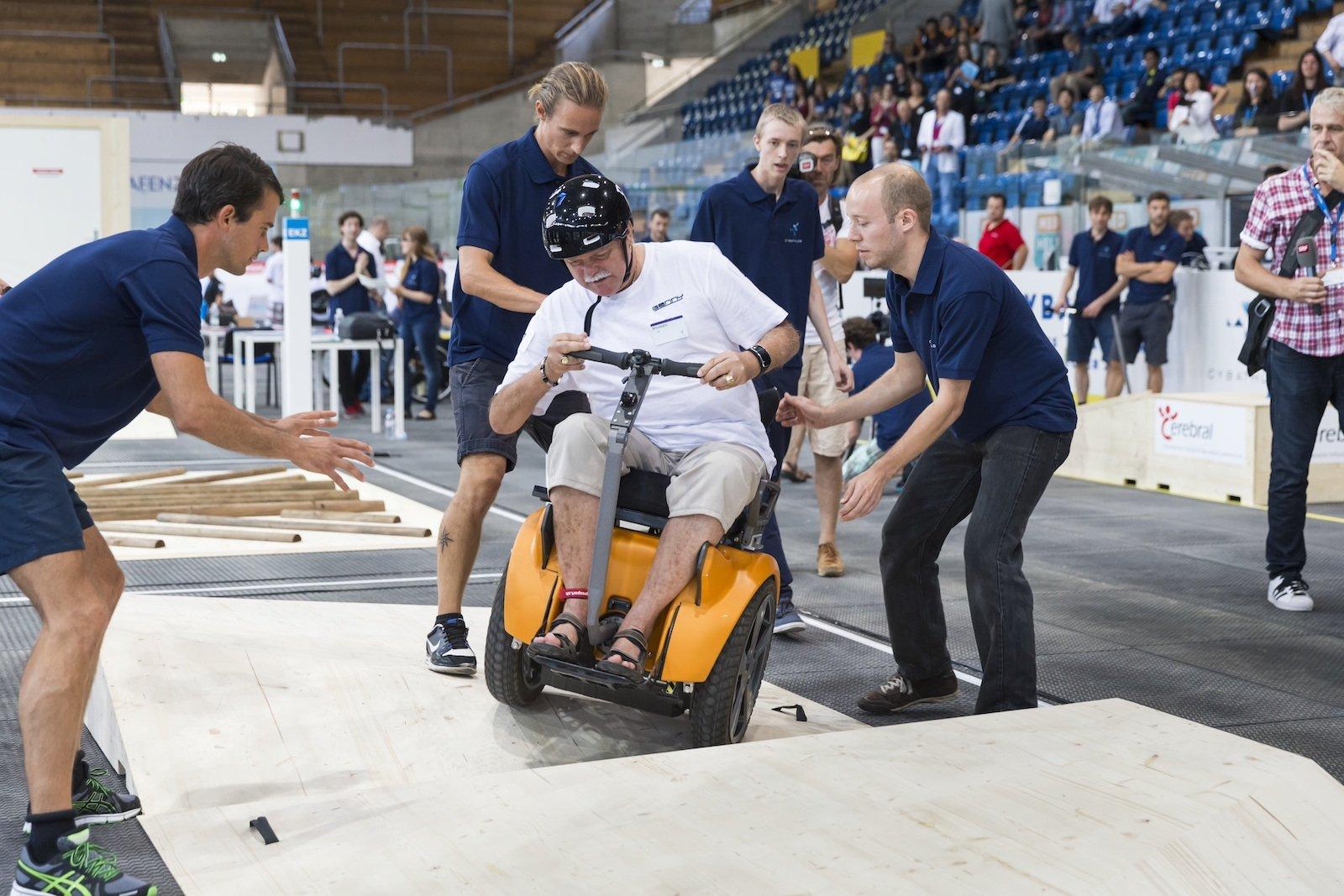 Alltagsrelevanter Parcours mit motorisierten Rollstühlen: Um Hindernisse wie Rampen, Treppenstufen und Slalomkurven zu bewältigen, müssen die Rollstühle gut manövrierbar und leistungsstark sein.