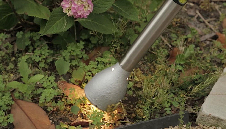 Naturezap im Einsatz: Das Lichtschwert vernichtet Unkraut mit Hitze, UV- und Infrarotlicht.