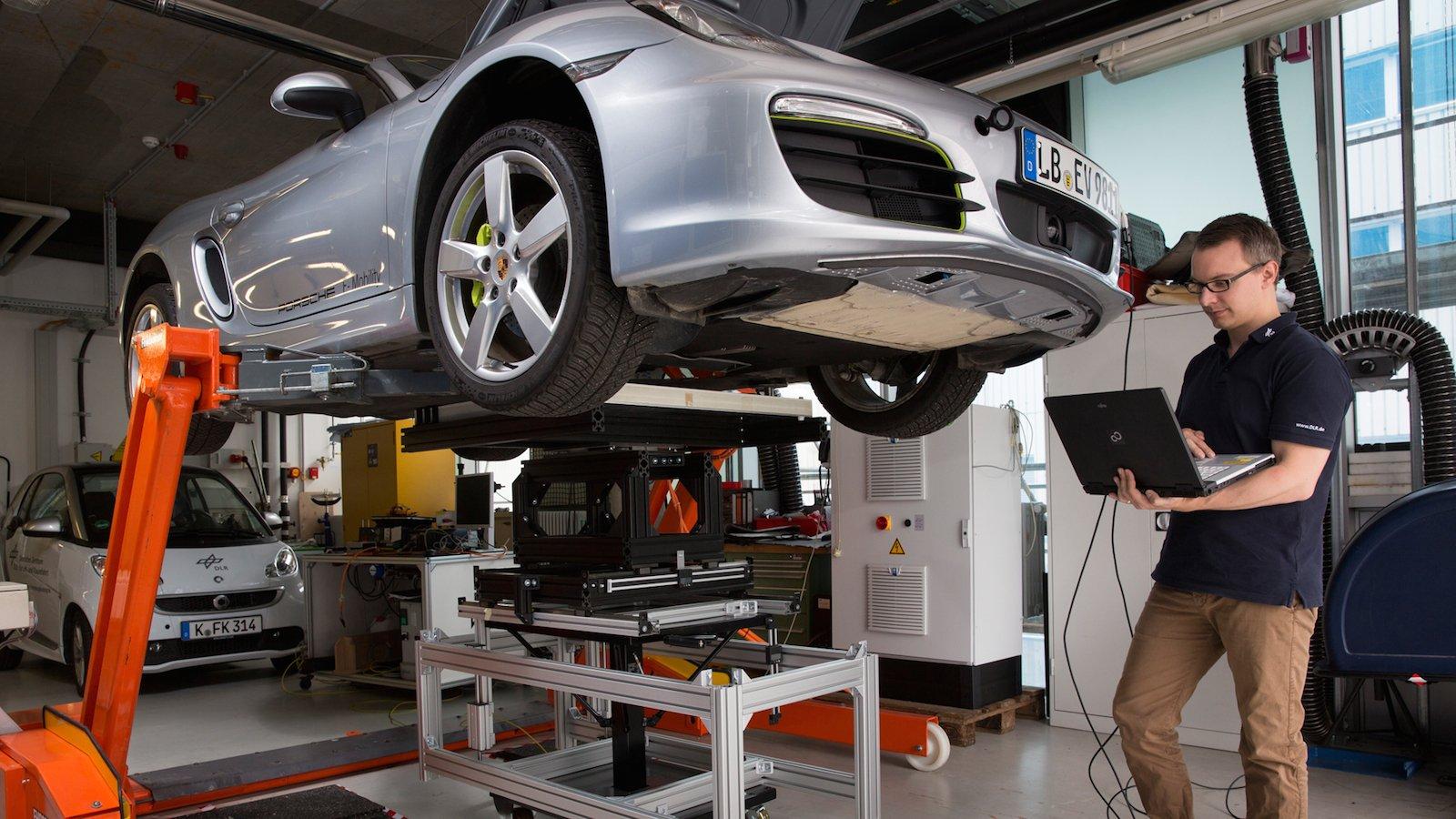DLR-Forscher Bastian Mayer untersucht auf einem selbst entwickelten Teststand unterschiedliche Fehlstellungen beim Parken auf der Ladespule.