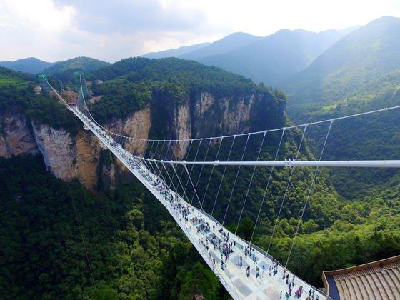 Blick auf die längste und höchste Glasbrücke der Welt in China.