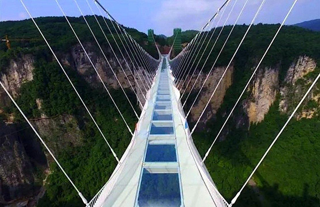 Der Boden der Zhangjiajie-Hängebrücke besteht aus 99 Glaselementen.