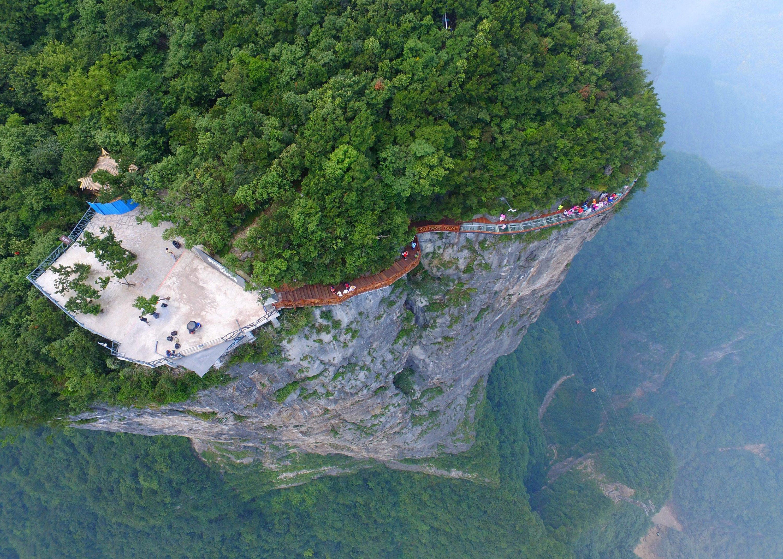 Wem die Glasbodenbrücke noch nicht genug ist, der kann noch einen Skywalk dranhängen rund um den Tianmen-Berg.