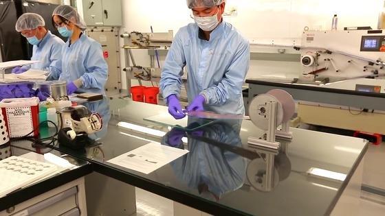 Die MIT-Forscher erhöhen die Leistung ihrer Akkus bei gleicher Baugröße wie herkömmliche Speicher durch die Verwendung einer extrem dünnen Lithiumfolie undeiner ionischen Flüssigkeit, mit der die Elektroden isoliert werden.