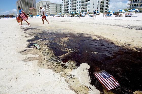 Strand in Gulf Shores in Alabama: Nach dem Untergang der Ölplattform Deepwater Horizon kamen chemische Dispersionsmittel zum Einsatz, um einen Teil der 780 Millionen Liter Öl zu binden. Mit verheerenden Folgen für die Umwelt. KIT-Forscher entwickeln deswegen eine umweltfreundliche Alternative.