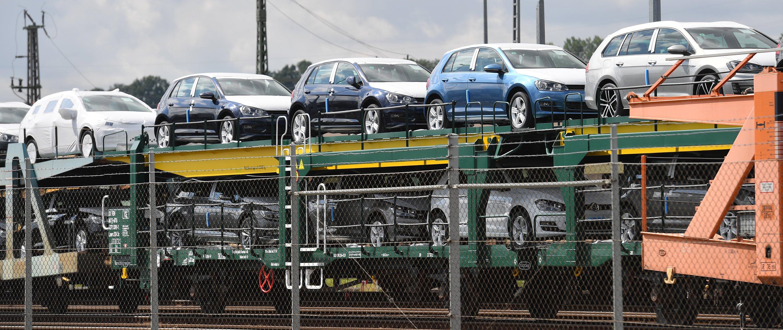 Züge mit Neuwagen von VW vor dem Werk Zwickau:VW musste wegen des Zuliefererstreits die Golf-Produktion in Wolfsburg und die Passat-Produktion im Emden unterbrechen. Die Produktion läuft jetzt nach und nach wieder an.