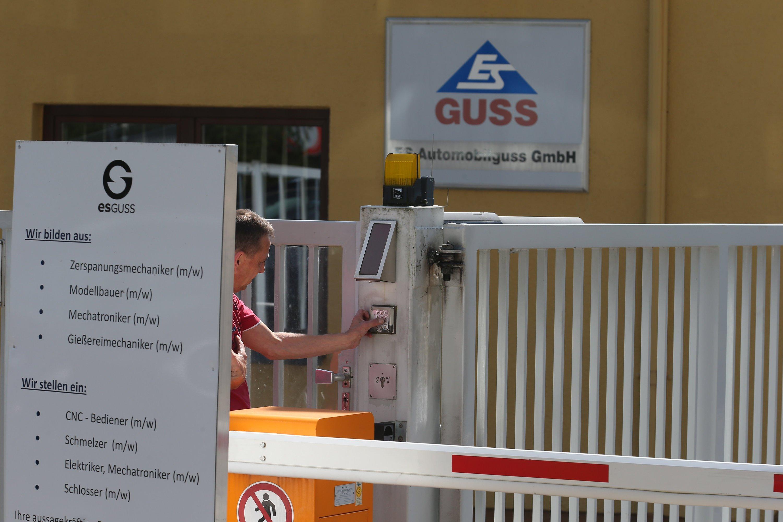 Einfahrt des Zulieferers ES Guss in Sachsen: Nach der Einigung mit VW haben die ersten Lkw mit Getriebeteilen das Gelände verlassen und sind auf dem Weg zu VW.