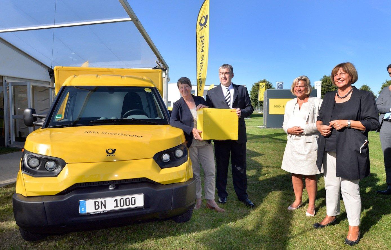 Post-VorstandJürgen Gerdes und Bundesumweltministerin Barbara Hendricks nahmen in Aachen den 1.000sten SreetScooter in Empfang.