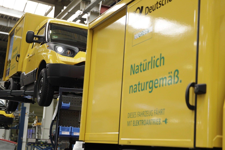 Produziert wird der kleine StreetScooter im früheren Bombardier-Werk in Aachen. 2017 will die Post die Produktion auf jährlich 10.000 Fahrzeuge hochfahren.