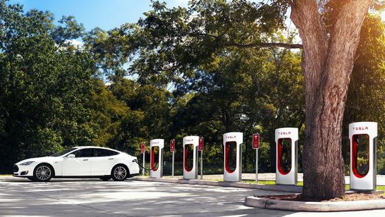 Tesla S an einerSupercharger-Station: Jetzt hat Tesla eine Batterie vorgestellt, die eine Reichweite von 600 km ermöglichen soll.