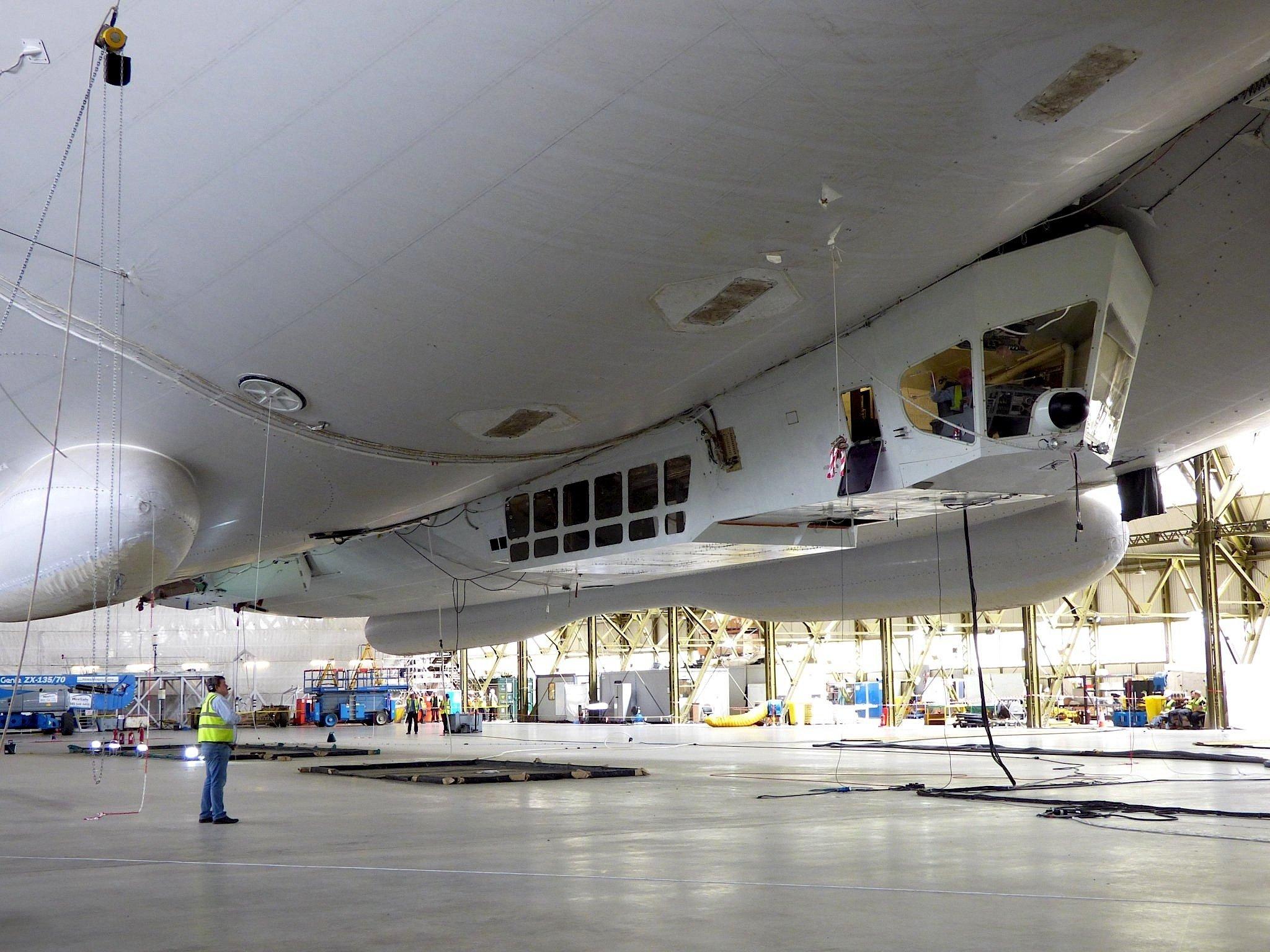 Das Cockpit des Luftschiffs – hier noch unbeschädigt im Hangar – wurde bei der Bruchlandung stark beschädigt.