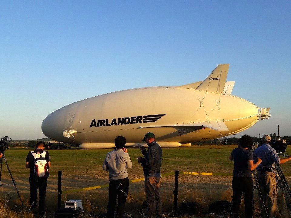 Normalerweise setzt die Airlander gerade auf dem Boden auf.