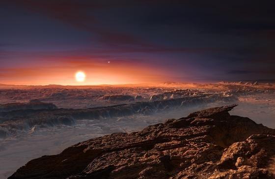 Die Abbildung zeigt eine künstlerische Darstellung der Oberfläche von Proxima b mit Blick auf seine Sonne Proxima Centauri. Der Doppelstern Alpha Centauri AB ist im Bild rechts oberhalb von Proxima Centauri abgebildet. Proxima b besitzt etwas mehr Masse als die Erde und umkreist Proxima Centauri in einer habitablen Zone, wo die Oberflächentemperatur die Anwesenheit von flüssigem Wasser erlaubt.