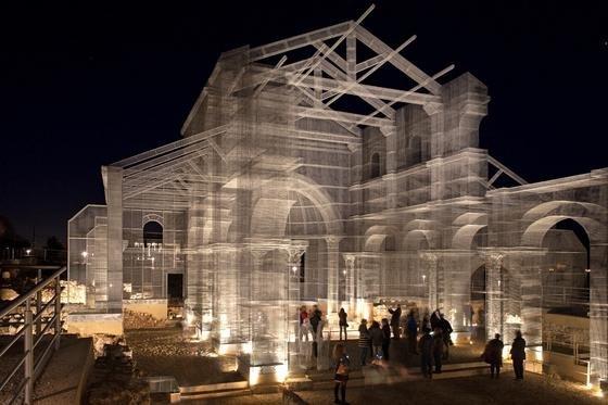 Eine 800 Jahre alte Basilika aus sieben Tonnen Maschendraht: Der italienische KünstlerEdoardo Tresoldi hat die bei einem Erdbeben im 12. Jahrhundert zerstörte Kirche Santa Maria di Sipontowieder eindrucksvoll rekonstruiert.
