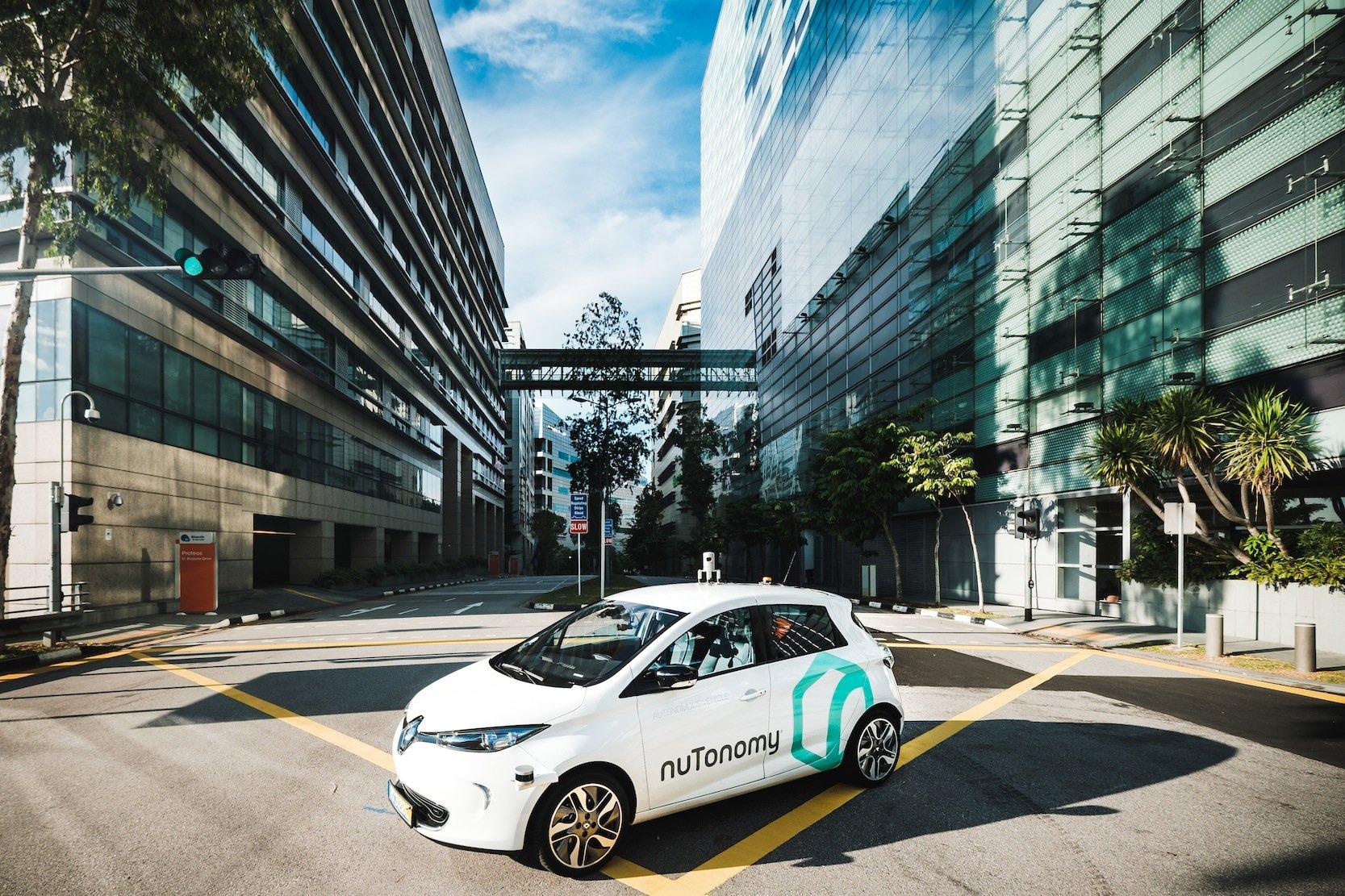 Nutonomyhatkleine Elektroautos von Mitsubishi und Renault mit der entsprechenden Sensortechnik ausgestattet, um sie autonom in Singapur fahren zu lassen.