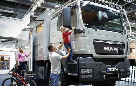 MAN-Truck desösterreichischen Allrad-Wohnmobil-Herstellers Action Mobil:590 Aussteller präsentieren bis zum 4. September rund 2.100 Freizeit-Fahrzeuge in der Messe Düsseldorf.