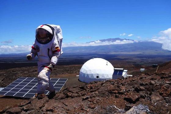 Christiane Heinicke vor der Marsstation auf Hawaii: Ein Jahr lang lebte die Forscherin der TU Ilmenau in der Station, um eine mehrjährige Marsmission zu simulieren.